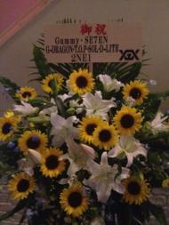 [FOTO]Gummy, SE7EN,Taeyang, TOP, GD, Daesung y 2NE1 le enviaron flores a Seungri por su fanmeeting
